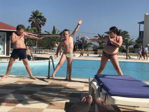 Děti u bazénu - Vlk na cestách